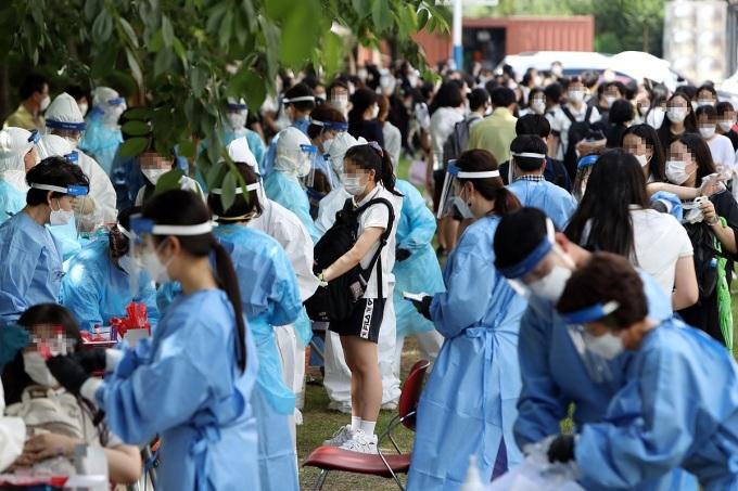 Học sinh tại một trường phổ thông ở thành phốGwangju, Hàn Quốc được xét nghiệm Covid-19, ngày 12/6. Ảnh: Reuters