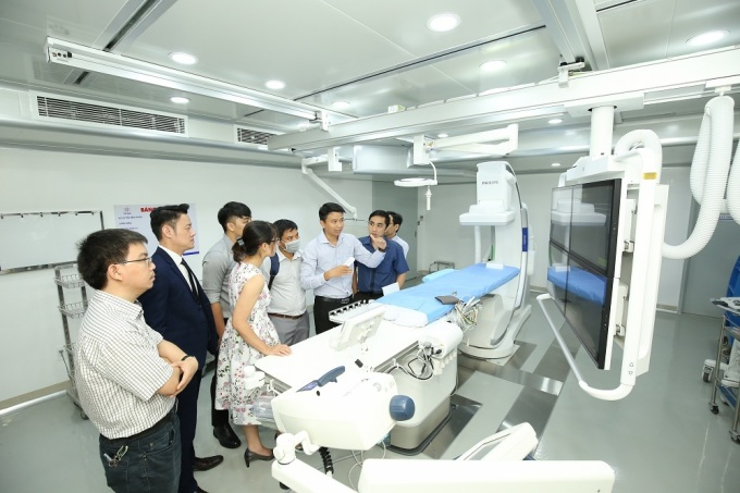 Khách hàng tham quan, trải nghiệm tính năng hệ thống chụp mạch Philips Azurion tại Bệnh viện Đa khoa Vạn Hạnh.