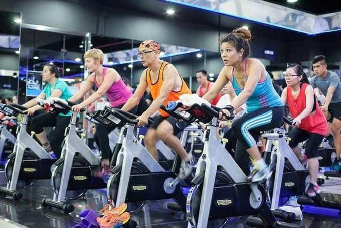Hội viên tham gia lớp học đạp xe với địa hình ảo tại Trung tâm California Fitness & Yoga.