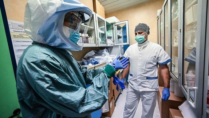 Y tá tại Bệnh việnPoliclinico di Tor Vergata, Italy đang mặc trang phục bảo hộ, chuẩn bị điều trị người măc Covid-19, ngày 8/4. Ảnh: AFP