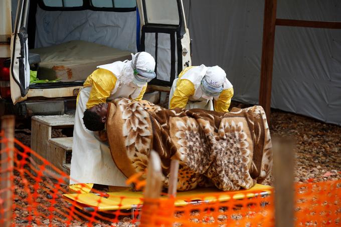 Nhân viên y tế Congo đưa một bệnh nhân mắc Ebola vào điều trị, ngày 28/3. Ảnh: Reuters