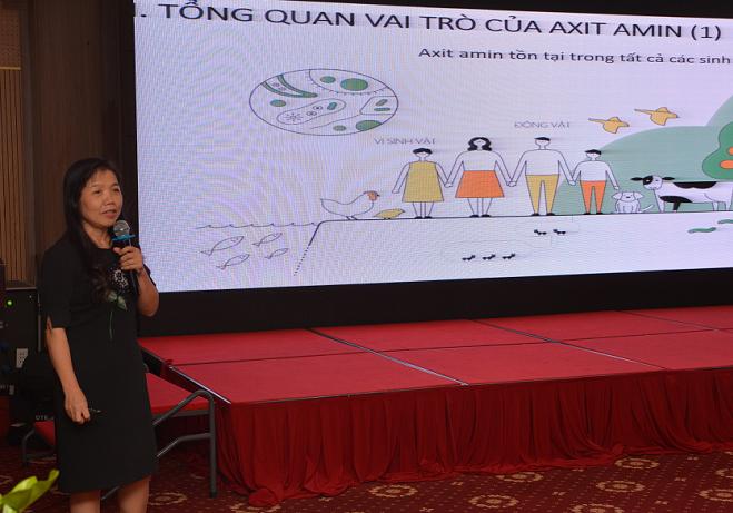 Phó giáo sư, tiến sĩ Lê Bạch Mai chia sẻ vai trò của axit amin với sức khỏe mẹ và bé trong hội nghị.