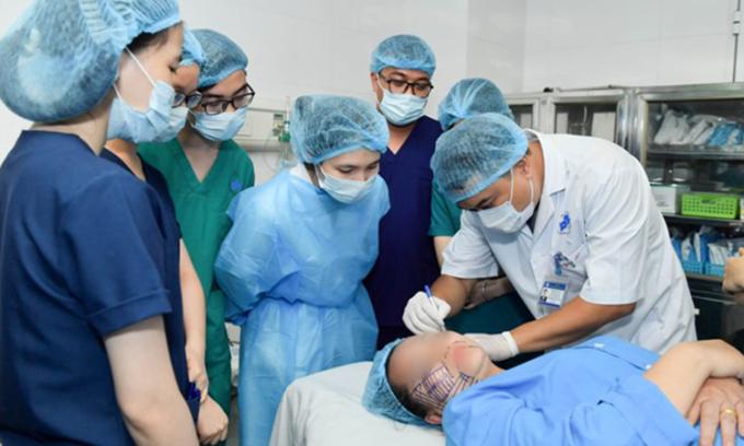 Bác sĩ phân tích gương mặt để thực hiện cấy chỉ căng da mặt. Ảnh: Bệnh viện cung cấp.