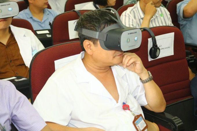 Bác sĩ Việt đeo kính thực tế ảo học phẫu thuật từ xa