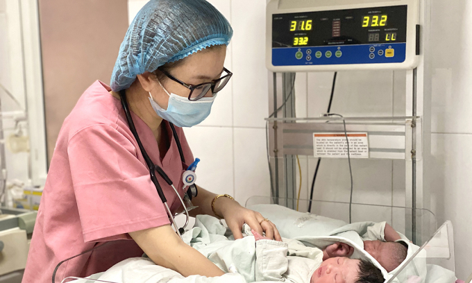Bác sĩ Tâm đang chăm sóc trẻ sơ sinh tại bệnh viện Bưu điện sáng 2/7. Ảnh: Thùy An