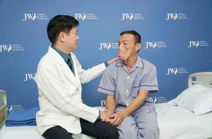 Bệnh nhân xúc động khi bác sĩ Tú Dung báo tin vui.