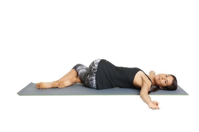 Từ động tác mặt bò nằm ngửa, runner hạ chân xuống, vặn người sang trái trong khi hai chân vẫn bắt chéo nhau. Mở rộng cả hai cánh tay ra hai bên, quay đầu sang phải thư giãn trong 10 nhịp thở, sau đó đổi bên. Tư thế này giúp thư giãn lưng dưới và cơ mông.