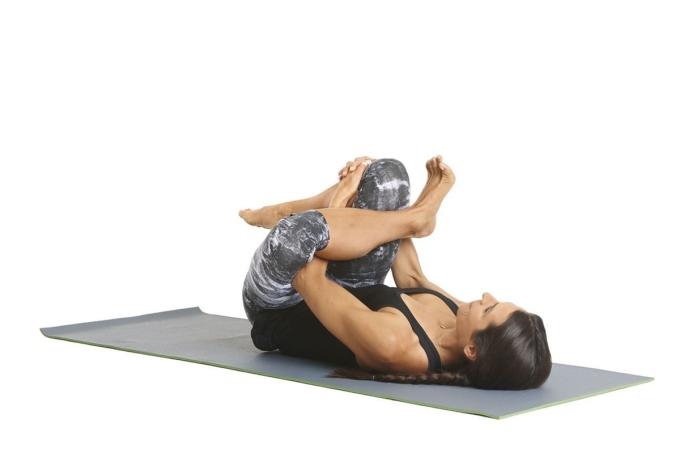 Runner nằm ngửa, gập đầu gối và đùi về phía ngực. Bắt chéo bàn chân trái qua đùi phải. Tay trái luồn qua khoảng trống giữa hai đùi, tay phải nắm lấy tay trái từ phía ngoài đùi phải. Hai tay ôm đầu gối phải kéo về phía mặt, giữ đầu không rời khỏi sàn. Tập trong 10 nhịp thở và lặp lại trên chân kia. Động tác có tác dụng giải phóng căng thẳng và căng cứng ở hông.