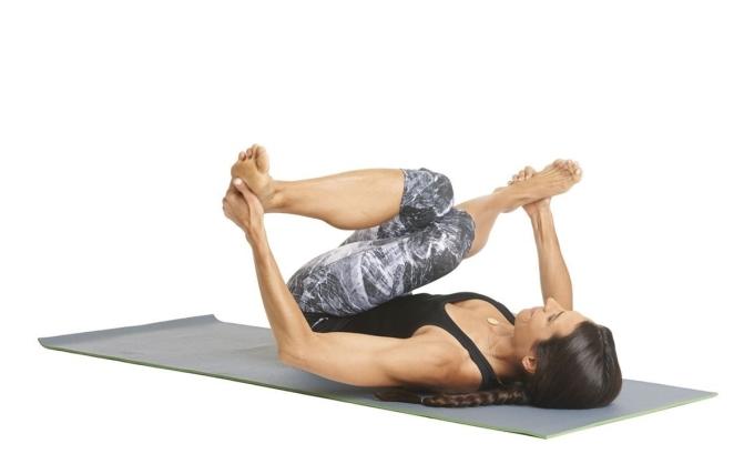 Để thực hiện động tác, runner nằm ngửa, gập đầu gối, đặt chéo chân phải qua chân trái, tay giữ hai gót chân, kéo về phía người. Bạn tập trong 10 nhịp thở, sau đó đảo ngược vị trí chân và lặp lại. Tư thế này giải phóng căng thẳng và căng cứng ở hông.