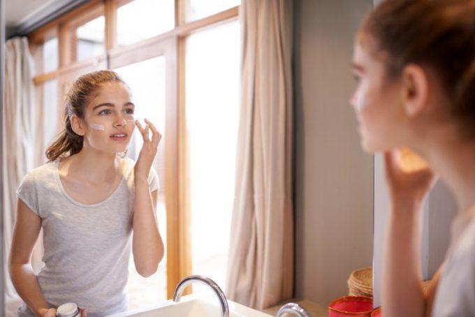 Khi ở trong nhà, bạn nên dùng kem có chỉ số SPF thấp hơn, khoảng 30 + kết hợp với kem dưỡng ẩm do độ ẩm thấp hơn. Ảnh: Healthy