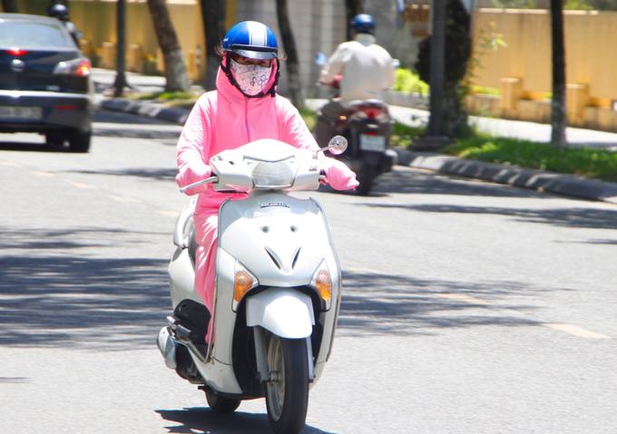 Người dân Huế (Thừa Thiên Huế) che chắn kín mít khi ra đường ngày 24/6. Ảnh: Võ Thạnh