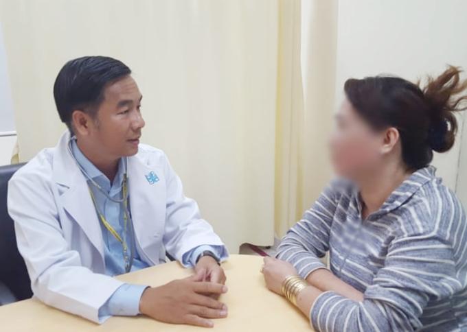 Bác sĩ Mẫn chăm sóc tâm lý cho bệnh nhân được chân đoán ung thư. Ảnh Minh Trí