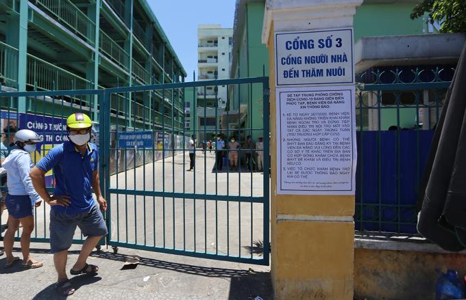 Thông báo của Bệnh viện Đà Nẵng dán trước cổng. Ảnh: Đắc Thành.