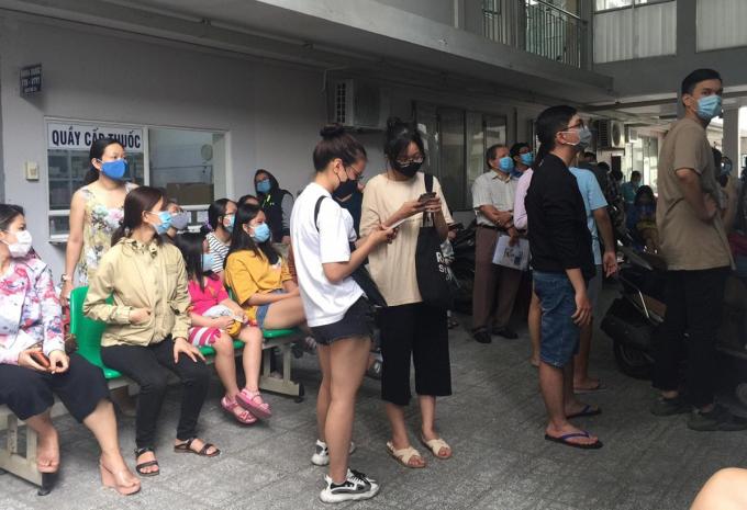 Người dân TP HCM về từ Đà Nẵng chờ lấy mẫu dịch họng, mũi tại Trung tâm Y tế dự phòng quận Bình Thạnh, chiều 28/7. Ảnh Thuận Nguyễn