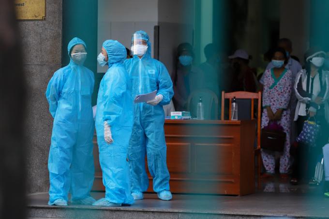 Nhân viên y tế chuẩn bị đưa các bệnh nhân và thân nhân ba bệnh viện Đà Nẵng đi cách ly tập trung, hôm 26/7. Ảnh: Nguyễn Đông.