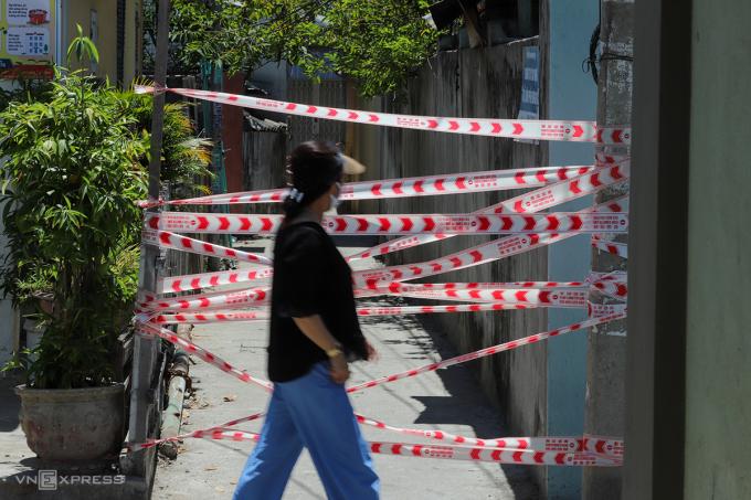 Khu vực có ca nhiễm nCoV sống được chính quyền Đà Nẵng phong tỏa, ngày 28/7. Ảnh: Nguyễn Đông.