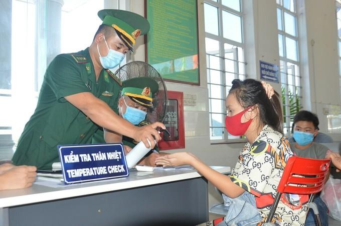 Người dân Lý Sơn khai báo y tế ở cảng Sa Kỳ, Quảng Ngãi. Ảnh: Phạm Linh.