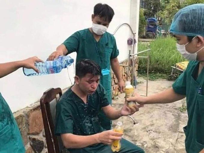 Một nhân viên của TRung tâm bị kiệt sức, được các đồng nghiệp hỗ trợ.