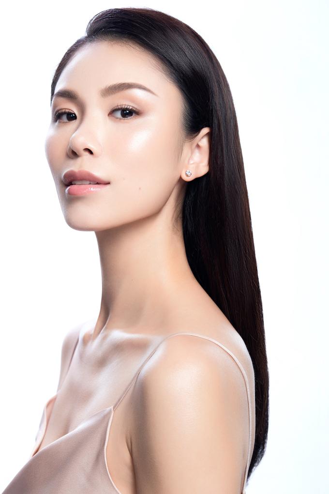 Hoa hậu Hoàn vũ Riyo Mori sở hữu làn da trắng mịn, bóng khỏe nhờ cách chăm sóc riêng kết hợp liệu trình làm đẹp của Menard.
