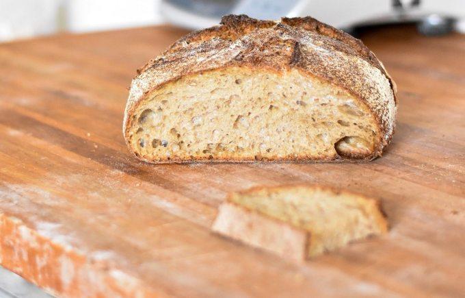 Runner nên bổ sung thêm bánh mì từ ngũ cốc nguyên cám. Ảnh: Unsplash.