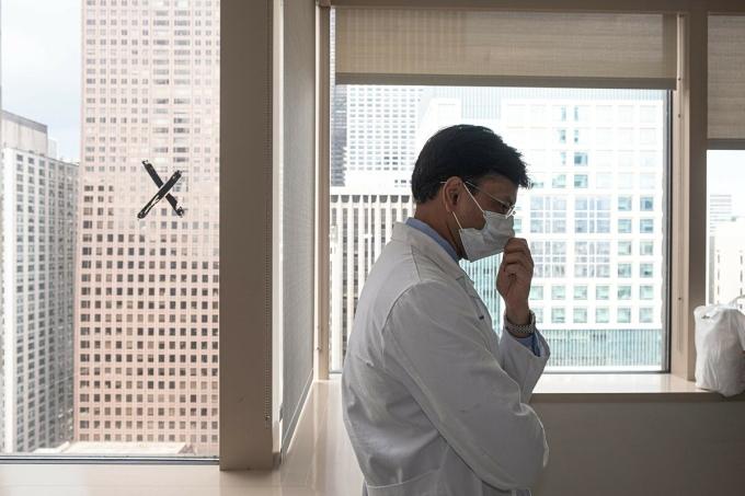 Một bác sĩ tại khu hồi sức cấp cứu điều trị người mắc Covid-19 tại Trung tâm Y tế Northwestern, Mỹ, tháng 7/2020. Ảnh: NY Times