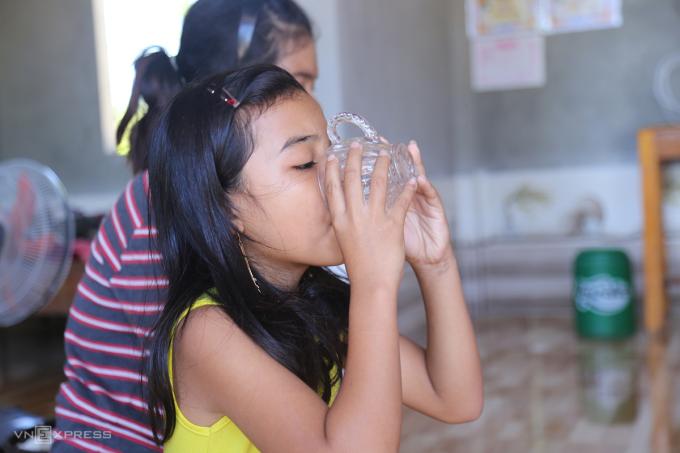 Trẻ em ở ổ dịch Vĩnh Linh uống bù vắc xin bạch hầu, ngày 29/7. Ảnh: Hoàng Táo