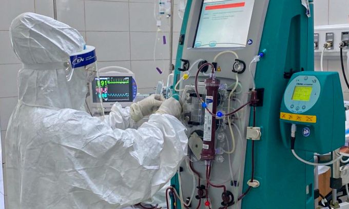 Điều dưỡng Nguyễn Văn Hải đang cài đặt các thông số trên máy lọc máu liên tục, hỗ trợ hồi sức tích cực cho bệnh nhân nặng tại Bệnh viện phổi Đà Nẵng. Ảnh: Bác sĩ cung cấp