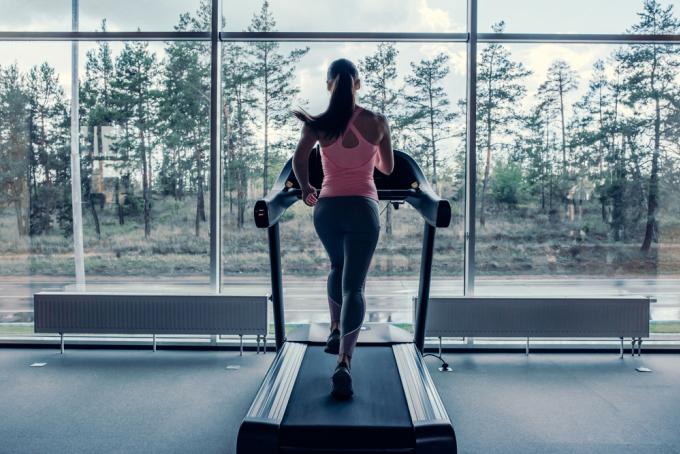 Chạy bộ tại nhà là phương pháp an toàn nhất với runner thời dịch. Ảnh: Shutterstock