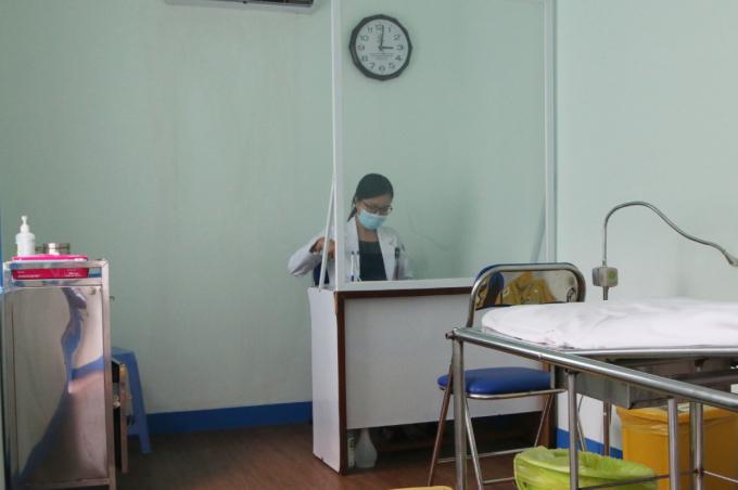 Buồng khám sàng lọc có bác sĩ chuyên khoa trực tiếp thăm khám cho bệnh nhân. Ảnh Thư Anh.