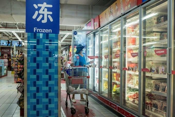 Một phụ nữ mua thực phẩm đông lạnh tại siêu thị ở Bắc Kinh, Trung Quốc, ngày 13/8. Ảnh: Reuters