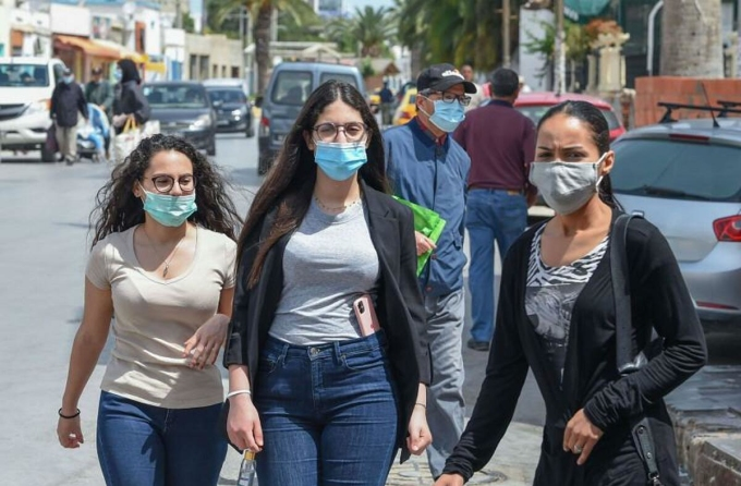 Phụ nữ tại Tunisia đeo khẩu trang khi ra đường ngừa Covid-19. Ảnh: AFP