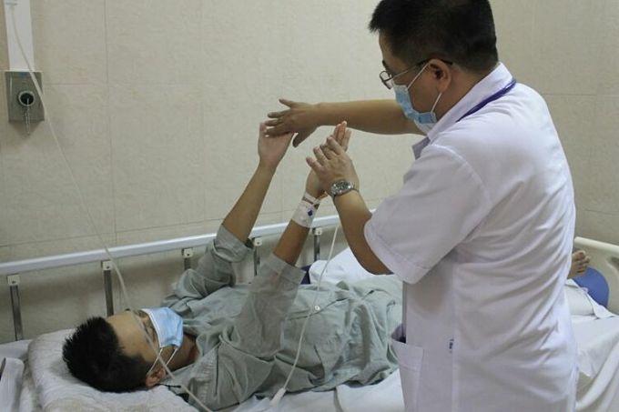 Bác sĩ thăm khám cho bệnh nhân sau khi cấp cứu. Ảnh: Bệnh viện cung cấp
