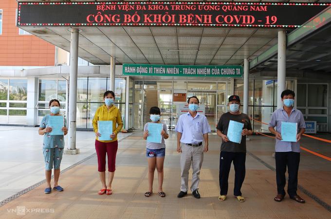Năm bệnh nhận khởi bệnh Covid-19 tại Bệnh viện Đa khoa Trung ương Quảng Nam sáng 1/9. Ảnh: Đắc Thành.