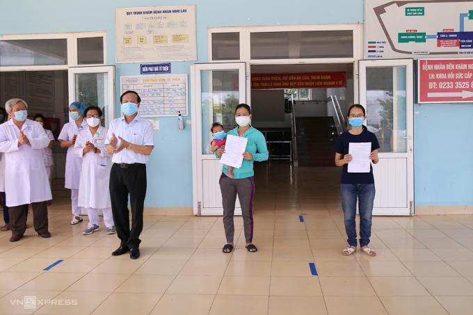 Ông Đỗ Văn Hùng (trái), Giám đốc Sở Y tế Quảng Trị trao giấy chứng nhận khỏi bệnh cho hai bệnh nhân 861 và 833. Ảnh: Hoàng Táo