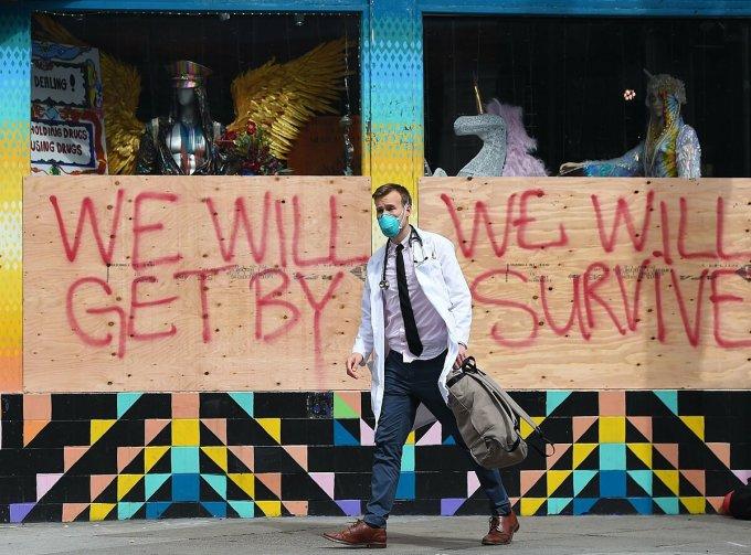 Một bác sĩ làm việc tại San Francisco, tháng 3/2020. Ảnh: AFP