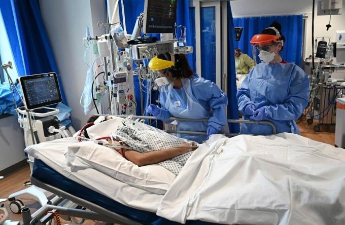 Bệnh nhân Covid-19 được điều trị tại khu hồi sức tích cực ở Bệnh viện Hoàng gia Papworth ở Cambridge, Anh. Ảnh: NY Times