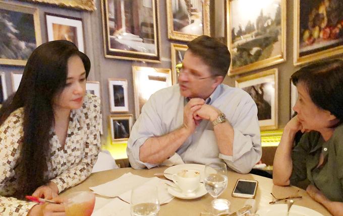 Bà Nguyễn Thị Trà My (trái) trong buổi trao đổi với Giáo sư Simon Cutting - Tổng Giám đốc SporeGen tại London năm 2017.
