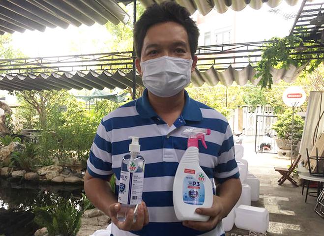 Anh Mai Anh Đức, 38 tuổi, bệnh nhân 687 đang sản xuất nước sát khuẩn miễn phí để hỗ trợ Đà Nẵng chống dịch. Ảnh: Nhân vật cung cấp