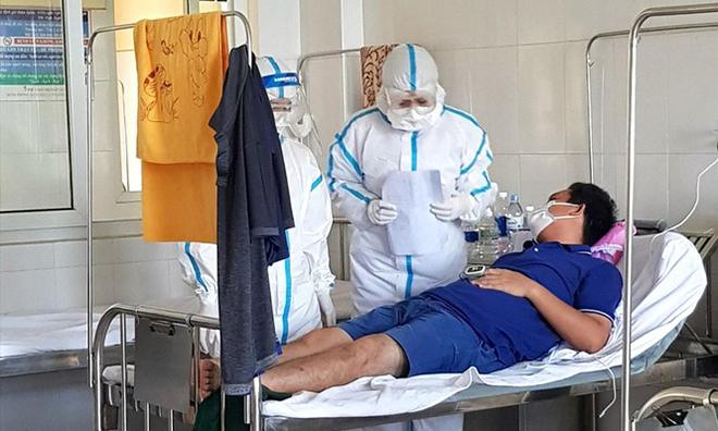 Bác sĩ đang kiểm tra sức khỏe và đo thân nhiệt mỗi sáng cho anh Đức tại bệnh viện dã chiến Hoà Vang. Ảnh: Nhân vật cung cấp