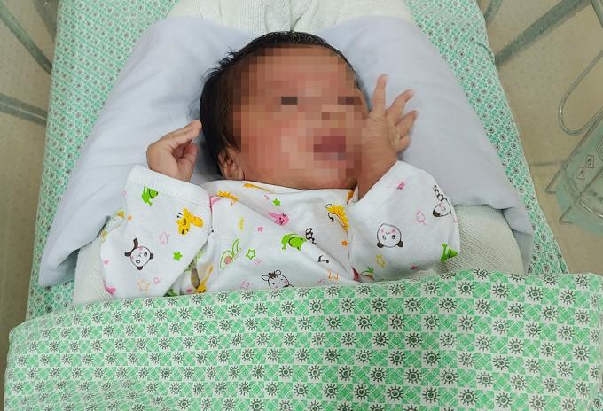 Bé sơ sinh được nhóm thiện nguyện nhặt từ thùng rác, điều trị tại Bệnh viện Xanh Pôn ngày 12/9. Ảnh: Thúy Quỳnh