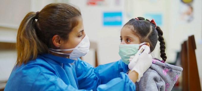 Một điều dưỡng đo nhiệt độ bé gái tại Trung tâm chăm sóc sức khỏe ban đầu, tại Beirut, Lebanon. Ảnh: UNICEF