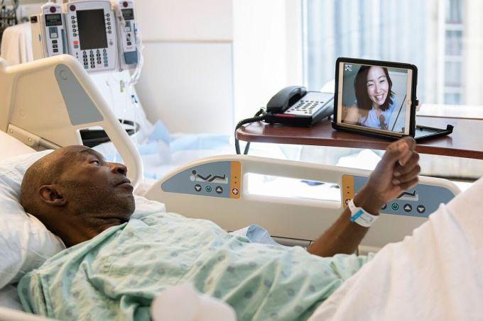 Nghệ sĩ Clara Takarabe chơi nhạc trị liệu cho một bệnh nhân tại Bệnh viện Northwestern Memorial. Ảnh: Bệnh viện Northwestern Memorial