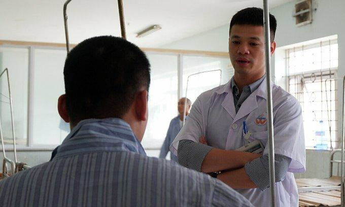 Bác sĩ hỏi chuyện bệnh nhân tại Bệnh viện Tâm thần Trung ương I. Ảnh: Văn Phong.