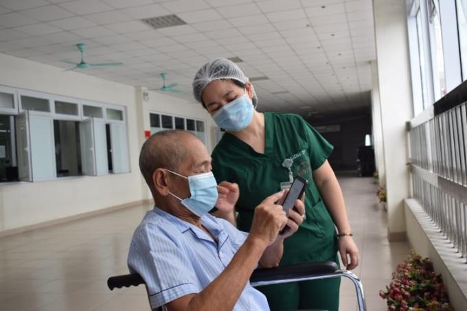 Bệnh nhân 1045 được công bố khỏi Covid-19, ngày 22/9 tại Bệnh viện Nhiệt đới Trung ương. Ảnh: Nguyễn Chi.