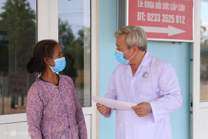 Bệnh nhân 862 nghe bác sĩ dặn dò trước khi xuất viện. Ảnh: Hoàng Táo