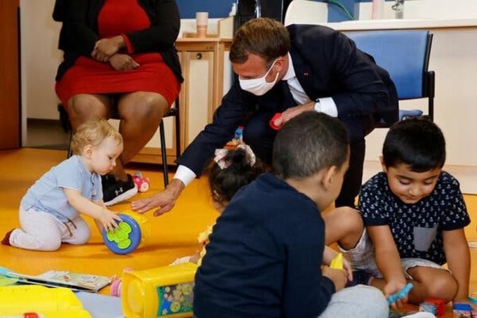 Tổng thống Emmanuel Macron của Pháp đến thăm trung tâm Bảo vệ Bà mẹ và Trẻ em gần Paris hôm 23/9. Ảnh: NY Times.