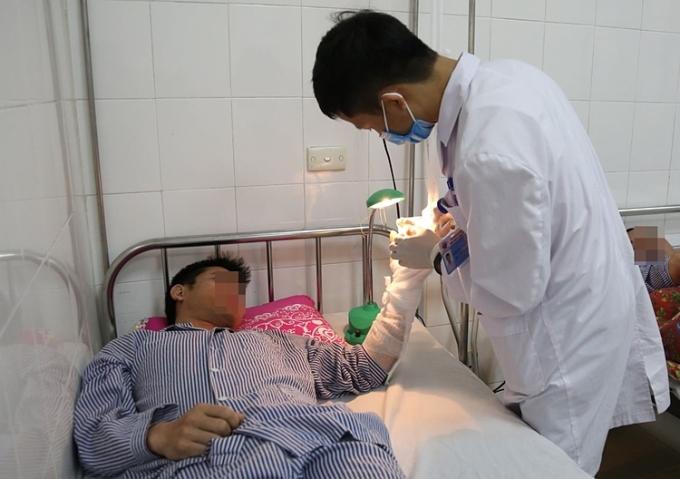 Bác sĩ kiểm tra độ phục hồi của chi bị đứt rời sau phẫu thuật. Ảnh: Bệnh viện cung cấp