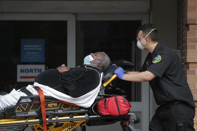 Nhân viên y tế tại Trung tâm Maimonides đưa bệnh nhân vào khu hồi sức tích cực, tháng 4/2020. Ảnh: Reuters