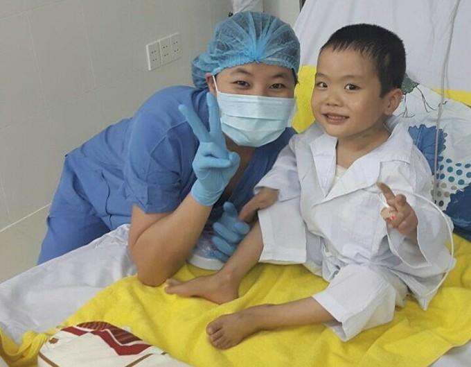 Bác sĩ Nhung và bé Bình sau hai tuần khi ghép, ảnh năm 2017. Ảnh: Bác sĩ cung cấp