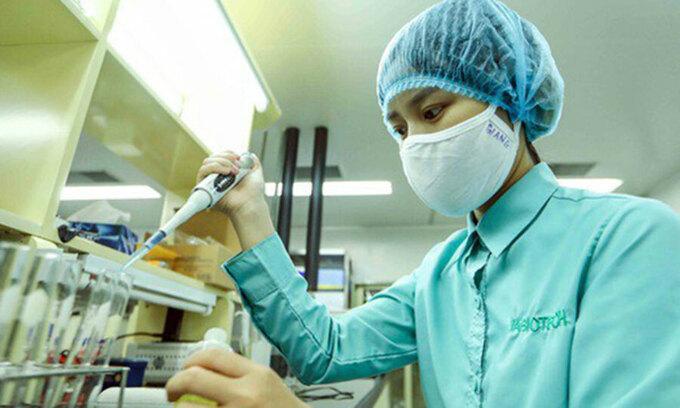 Kỹ thuật viên đang nghiên cứu chế tạo vaccine Covid-19 của Việt Nam. Ảnh: Bộ Y tế.